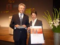 Bildunterschrift: Yves Gardiol, Vizedirektor, und Regula Peter, Leiterin Organisations- und Personalentwicklung, nahmen die Auszeichnung für das Badrutt's Palace Hotel entgegen / Bildquelle: Badrutt's Palace Hotel