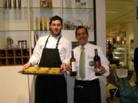 Spanische Gaumenfreuden mit Manuel Nuñez (li.) und Bolivar Zabala-Martinez beim Spanischen Kochkurs in der Galeria Kaufhof Köln