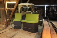 Die modular zusammenstellbaren Bänke 40930 (links) und 40931 gibt es in normaler und  Barsitzhöhe - natürlich auch mit einer Ecklösung