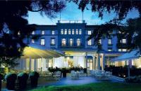 Das Baur au Lac liegt im Zentrum von Zürich in einem eigenen Park