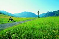 Bei Oberammergau: Pause mit Weitblick. Bild: Ammergauer Alpen GmbH, Foto: Bernd Ritschel