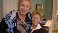 """Frau Becker, die """"Mrs.Breakfast"""" des Hotels, mit ihrem Stammgast Thomas Gottschalk"""