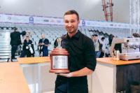 Barista Christian Ullrich mit dem Siegerpokal / Bildquelle: BRITA GmbH