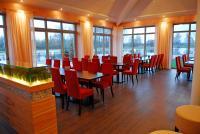 Im Café-Restaurant Seerose in Rietberg ist die Beleuchtung in den Raumteiler integriert. Stühle Carisma von Schnieder, Bildquelle alle Bilder Silvia Rütter Kommunikation
