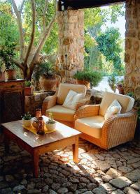 Der lauschige überdachte Eingangsbereich gehört zu den luftigen Lieblingsplätzen am Haus. Oft sitzen Gäste dort bis in die Nacht