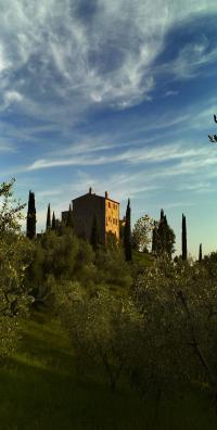Das Castello befindet sich auf einer Anhöhe inmitten der toskanischen Hügellandschaft, Bildquellen Segra