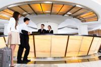Ein chinesisches Gästepaar trifft am front office eines großen Hotels ein - die Chinesen sind als Dienstleister die 'neuen Japaner Asiens': Arbeit macht Spaß und wer als Ausländer einen perfekten Job liefern will, sollte dies auch so definieren