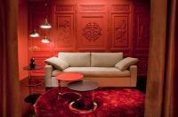 Couchtisch Trio, Teppich Shortlight und Hängeleuchte Coupee stehen im kurvenreichen Kontrast zum geradlinigen Sofa Grant, im abziehbaren Stoffbezug mit kontrastfarbener Biese / Bildquelle: Alle Thalau : Relations