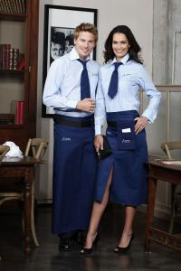 Sie und Er in Blau Bildunterschrift: Weil das Auge mitisst, wird ein attraktives Erscheinungsbild so manches Mal durch eine gutes Trinkgeld honoriert / Bild: Como Fashion