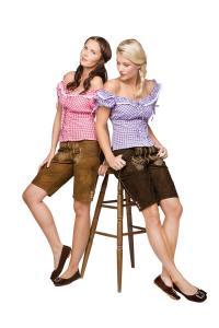 Lederhosen Damen kurz und günstig: Blockkaros und Krachlederne aus reinem Ziegenvelour sind die passenden Outfits für das zünftige Ambiente / Bildquelle: Alle Como Fashion