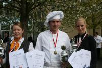 v. l.: Franziska Voigt (Beste Hotelfachfrau), Patrick Konschak (Bester Koch) und Charlotte Böhlke (Beste Restaurantfachfrau) / Bildquelle: DEHOGA Brandenburg