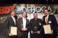 Die Preisträger Michael Münch (2.v.l.) und Wolfgang Traxel (2.v.r.) freuen sich über die Discothekenunternehmerpreis-Auszeichnung, hier mit BDT-Präsident Henning Franz (l.) und BDT-Geschäftsführer RA Stephan Büttner (Foto: BDT)