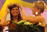 Sonja Christ (recht) krönt ihre Nachfolgerin, die 62. Deutsche Weinkönigin Mandy Großgarten von der Ahr