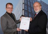 Jörg Bendel vom Heinze Verlag (links) überreicht die Urkunde an Reiner Pfliegensdörfer von der Danfoss GmbH / Bildquelle: Danfoss