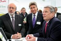 """Auch beim Bundespräsidenten Joachim Gauck, hier am Danfoss-Stand auf der """"Woche der Umwelt"""", entfallen bis zu 80 Prozent des Energieverbrauchs auf die Heizung. Soll die Energiewende gelingen, muss genau hier angesetzt werden / Foto: Danfoss"""