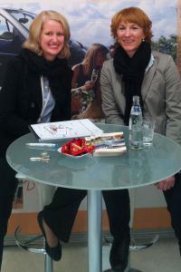 Saskia Peschke, Projektleiterin Q-Akademie der Akzent Hotels und Merle Losem, Geschäftsführerin Deutsche Hotelakademie beschließen auf der ITB 2012, miteinander zu kooperieren / Foto: Deutsche Hotelakademie