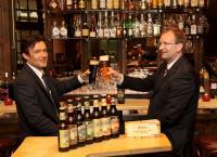 Mark Anton, Director Inhouse Sales im Dorint Sanssouci Berlin/Potsdam und Alexander Hinz, Sales Manager, (von rechts) probieren schon einmal zwei der neun verschiedenen Störtebeker Biersorten. Foto: Lars Halbauer