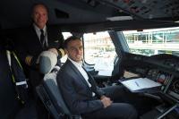 Kapitäne unter sich: Der deutsche Emirates-A380-Captain Dirk Juchert und der Mannschaftskapitän des HSV, Heiko Westermann, im A380 Cockpit in Hamburg