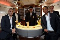 HSV Spieler in der Bord-Lounge für First- und Business-Class-Passagiere im Emirates Airbus A380: v.l. Mladen Petric, Heiko Westermann, Emirates-Flugbegleiter, Dennis Aogo und Jaroslav Drobny / Fotos: Beide Emirates