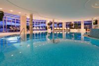 Indoorpool mit Ausblick / Bildquelle: Beide Erlebnishotel Gassenhof