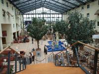 Lichtdurchflutetes, glasüberdachtes Atrium: Die Lobby des Estrel Hotel / Foto © Sascha Brenning - Hotelier.de