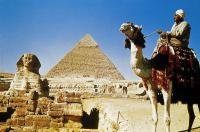 Wenn Klischees schöne Wahrheit werden: Ein Ägypter auf dem Kamel vor den Pyramiden von Gizeh, Bildquelle FTI Unternehmenskommunikation