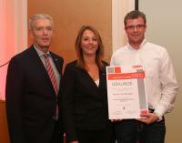 Übergabe der Urkunde an Direktor Dr. Johann Bachleitner und Bettina Lorentschitsch / Bildquelle: Franz Neumayr