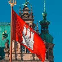 Stadtbeflaggung by FahnenFleck — wehende Beispiele in Hamburg: Offizielle Beflaggung am Hamburger Rathaus / Bildquelle: FahnenFleck GmbH & Co. KG