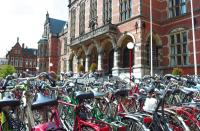 Fahrräder vor der Universität Groningen, Bildqueööe DEDERICHS REINECKE & PARTNER