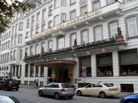 Der Eingangsbereich des Fairmont Hotel Vier Jahreszeiten in Hamburg / Bildquelle: Sascha Brenning - Hotelier.de