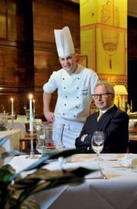 """Simon Stirnal, Küchenchef im """"Jahreszeiten- Grill"""" und Oberkellner Rudolf Nähring"""