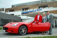 Mr. Ferrari Heribert Kasper, Sales Managerin Petra Durlacher und Hoteldirektor Günther Zimmel / Bildquelle: Falkensteiner Hotel & SPA Bad Waltersdorf