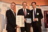 v.l. Certified Geschäftsführer Till Runte, Direktor des Fleming's Hotel München- Schwabing Gregor Schertler und VDR Präsident Dirk Gerdom / Bildquelle: Fleming's Hotel München-City