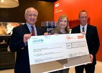 Übergabe des Spendenschecks in Höhe von 30.000 CHF - v.l.n.r. Michael Pieper (Inhaber Franke), Johanna Christine Gehlen (Schauspielerin) und Eric Mayer (Unicef) / Bildquelle: Franke bremer GmbH