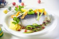 Gemüseschlangensalat mit Bismarckhering; Bildquelle THE FOOD PROFESSIONALS KÖHNEN AG