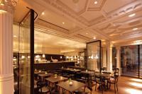 Cafe Luitpold: Transparente mobile Verbindung des Hauptcafés mit dem Vestibül-Café mit einem Manuellen Schiebewandsystem mit durchgängigen Glaselementen von GEZE