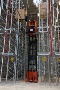 Bis auf 13 Meter Höhe lagern die teilautomatischen Schmalregalstapler Europaletten ein und aus