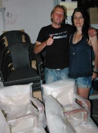Günther Woisetschläger und Agnes Jacobsthal freuen sich über die neuen GO IN-Stühle