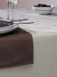 """Fleckabweisende Alternative für's Fest"""" Bildbeschreibung: Tischwäsche in der Farbe Champagner, Tischläufer in der Farbe Dunkelbraun"""