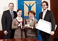 Klaus Klische (Gastro Vision) mit den beiden Preisträgern des Förderpreis 2011 Katharina Köster und Bettina Matthaei (1001 Gewürze GmbH) und Timo Hafner (InductWarm) / Fotoquelle: Gastro Vision