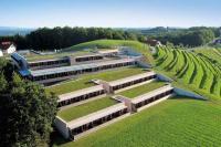Mit großem Aufwand wurde das Genusshotel Riegersburg architektonisch in die bestehende Vulkanlandschaft integriert und bildet heute einen Teil davon