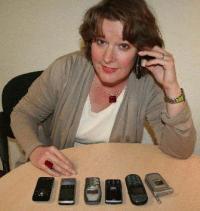 In der Schublade haben ausgemusterte Handys nichts zu suchen. Marion Grages vom Fachbereich Umweltschutz gibt Tipps zum Recycling, Bildquelle Stadt Gütersloh