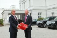 Peter J. Leitgeb (l.) händigt Tim Hansen, dem neuen Hoteldirektor des Grand Hotels Heiligendamm, symbolisch den Schlüssel für die Weiße Stadt am Meer aus / Bildquelle: Grand Hotel Heiligendamm