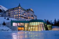 Das Spa im Winter. Im Hintergrund das Hotel / Copyright: Grand Hotel Kronenhof