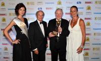 World Travel Award Verleihung: v.re. Elisabeth Simonitsch, Graham Cook, President v. World Travel Award, Prof.Heinz Simonitsch C.D. / Bildquelle: Beide Grandhotel Lienz