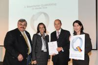 Andrea Greif und Helmut Börner (Mitte) nehmen das Zertifikat ServiceQualität Deutschland von BHG-Präsident Siegfried Gallus (links) und Bayerns Wirtschaftsstaatssekretärin Katja Hessel (rechts) entgegen