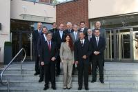 Wolfgang Schmidt, Vorstandsvorsitzender HGK (vorne links) und die HGK-Vertriebsmannschaft freuen sich über die gute Entwicklung der HGK