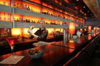 """Freundlicher und kompetenter Service (wie hier zum Beispiel Barkeeperin Florine Wilkending) ist ein Markenzeichen von Harry's New York Bar. Das finden auch die Mystery-Tester der Zeitschrift """"Drinks"""". Foto: Alois Müller/Dorint Hotels & Resorts"""