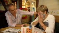 Restauranttester Rach ist bestürzt von der schwierigen Situation, in der Imbissbesitzerin Mechthild Müller steckt und versucht ihr zu helfen. (c) RTL
