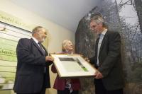 Übergabe der Siegerurkunde: Dr. Johannes Hager (Vorstand EUROPARC Deutschland), Inge Sielmann (Stiftungsratsvorsitzende der Heinz Sielmann Stiftung) und Andreas Pusch (Leiter Nationalpark Harz)